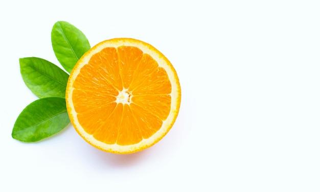 Hoher vitamin c, saftig und süß. frische orangenfrucht isoliert.