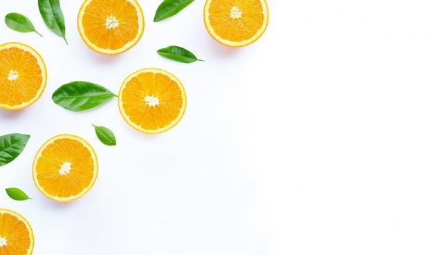 Hoher vitamin c, saftig und süß. frische orangenfrucht mit grün auf weißem hintergrund.