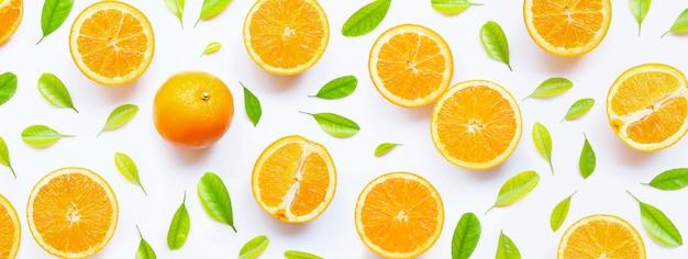 Hoher vitamin c, saftig und süß. frische orangenfrucht mit grünen blättern auf weiß.