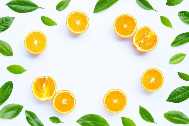 Hoher vitamin c, saftig und süß. rahmen aus frischen orangenfrüchten auf weißem hintergrund.