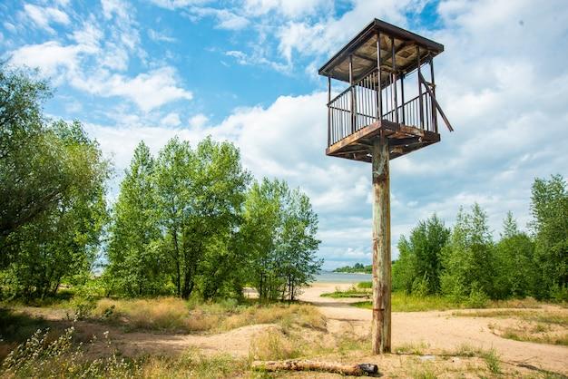 Hoher wachturm in einer wunderschönen landschaft mit meerblick