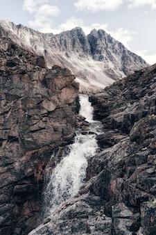 Hoher wasserfall, das wasser fließt aus den felsen