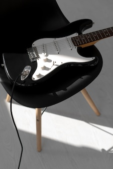 Hoher winkel auf e-gitarre auf stuhl