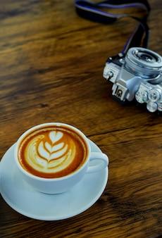 Hoher winkel-cappuccino auf holztisch