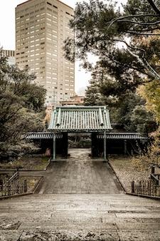 Hoher winkel der absteigenden treppe am japanischen tempelkomplex