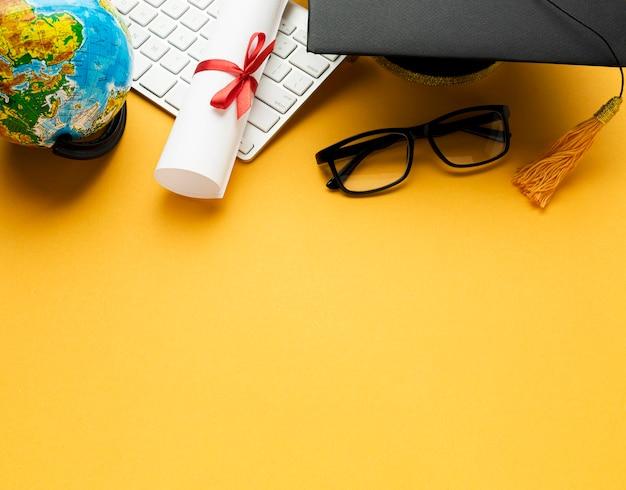Hoher winkel der akademischen kappe und der brille mit globus
