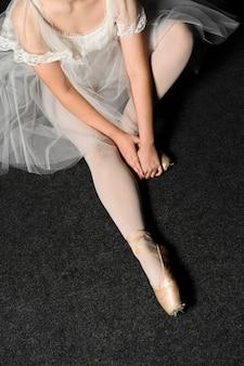 Hoher winkel der ballerina im ballettröckchenkleid mit kopienraum