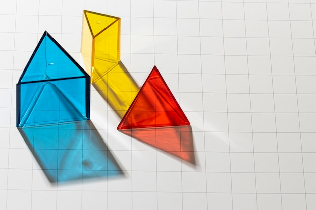 Hoher winkel der bunten durchscheinenden geometrischen formen mit kopierraum