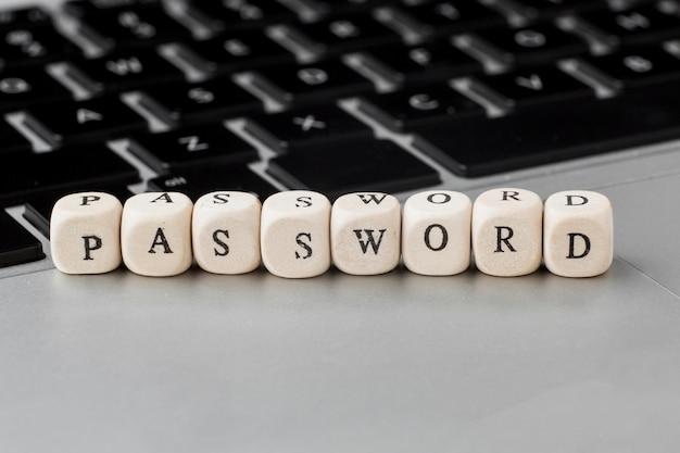 Hoher winkel der defokussierten holzwürfel mit passwort auf laptop