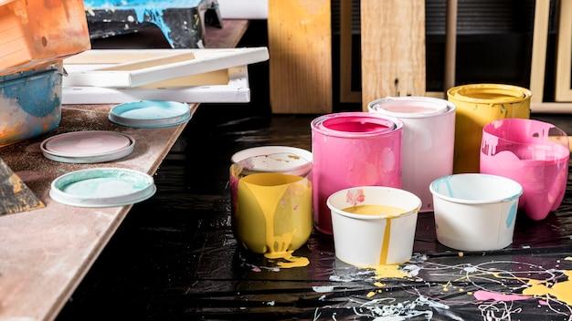 Hoher winkel der farbdosen im studio mit leinwand
