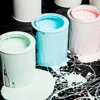 Hoher winkel der farbigen farbdosen mit überlauf