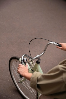 Hoher winkel der frau, die fahrradlenker hält