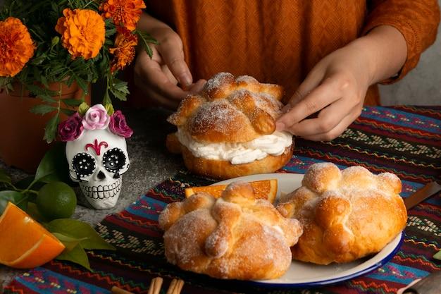 Hoher winkel der frau, die pan de muerto . macht