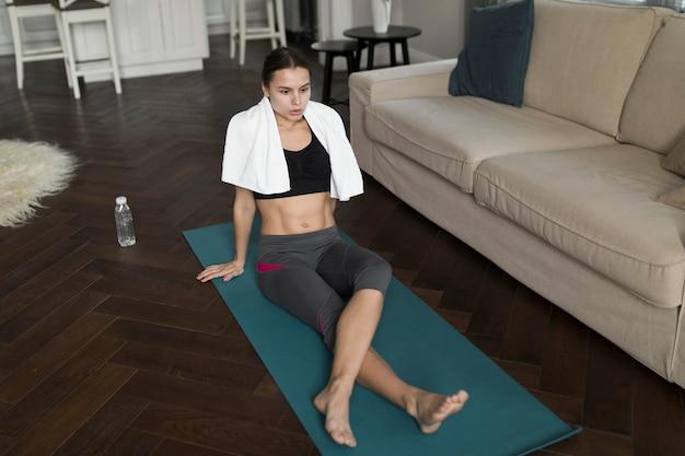 Hoher winkel der frau entspannend auf matte nach yoga
