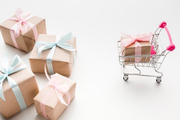 Hoher winkel der geschenke mit warenkorb