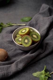 Hoher winkel der geschnittenen kiwi in der schüssel