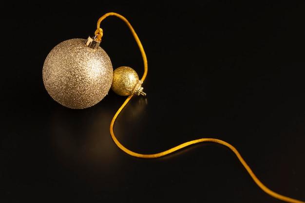 Hoher winkel der goldenen weihnachtskugel mit schnur