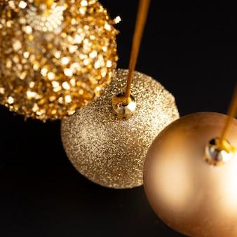 Hoher winkel der goldenen weihnachtsverzierungen
