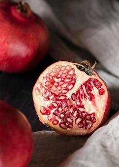 Hoher winkel der herbstlichen granatapfelfrüchte