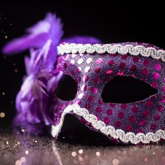Hoher winkel der karnevalsmaske mit federn und glitzer