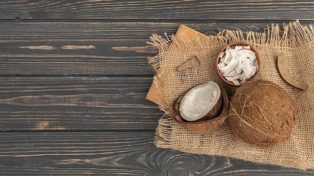 Hoher winkel der kokosnuss auf sackleinen mit kopierraum