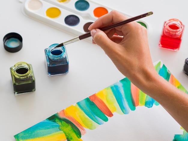 Hoher winkel der künstlermalerei mit aquarell
