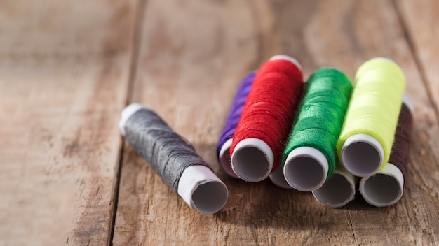Hoher winkel der mehrfarbigen fadenspulen