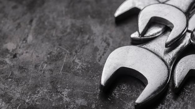 Hoher winkel der metallschlüssel mit kopierraum