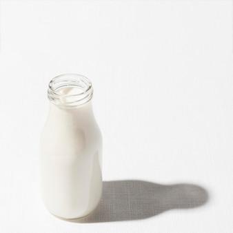 Hoher winkel der milchflasche mit kopierraum