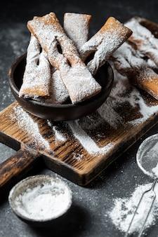 Hoher winkel der mit puderzucker überzogenen desserts