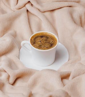 Hoher winkel der morgendlichen tasse kaffee auf dem bett