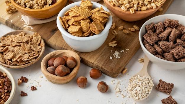 Hoher winkel der schalen mit auswahl an frühstückszerealien