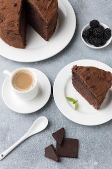 Hoher winkel der schokoladenkuchenscheibe mit kaffee und minze