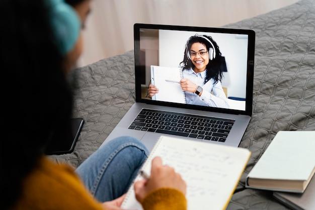 Hoher winkel der teenager-mädchen mit laptop für online-schule