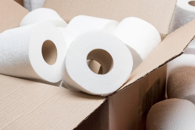 Hoher winkel der toilettenpapierrollen im karton