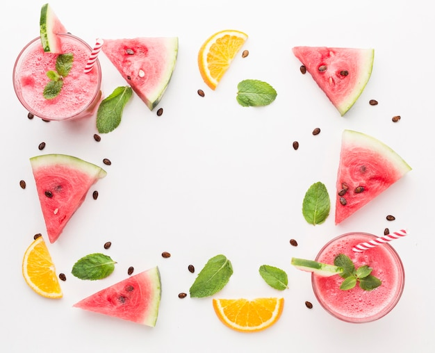 Hoher winkel der wassermelonen-cocktailgläser mit minze