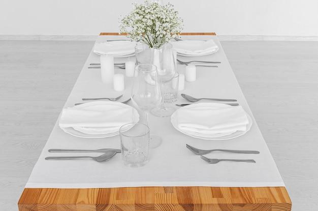 Hoher winkel der weißen platten auf tisch mit kopierraum