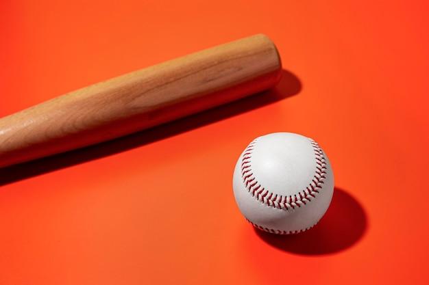 Hoher winkel des baseballs mit schläger