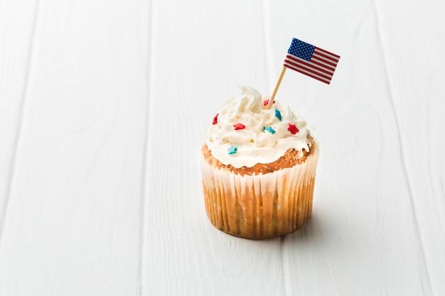 Hoher winkel des cupcakes mit amerikanischer flagge