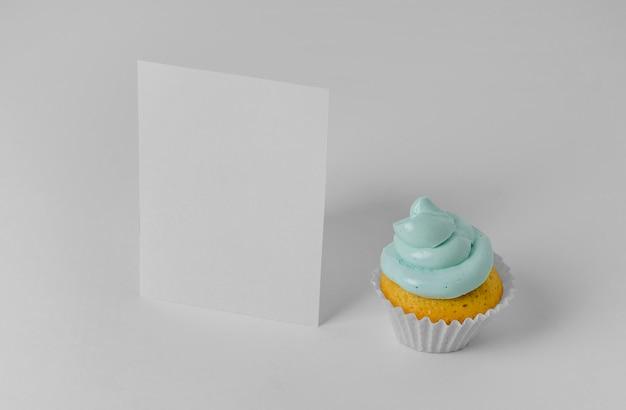 Hoher winkel des cupcakes mit leerer karte