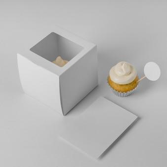 Hoher winkel des cupcakes mit verpackung und kopierraum