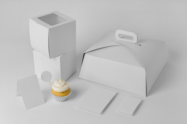 Hoher winkel des cupcakes mit verpackung und schachteln