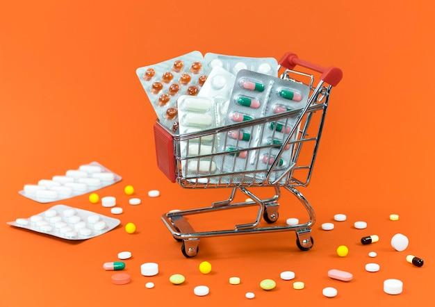 Hoher winkel des einkaufswagens mit tablettenfolien