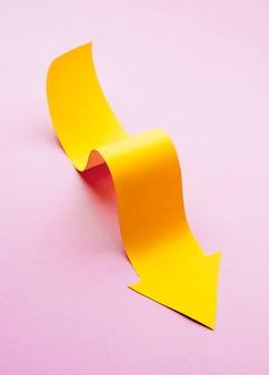 Hoher winkel des gelben papierpfeils