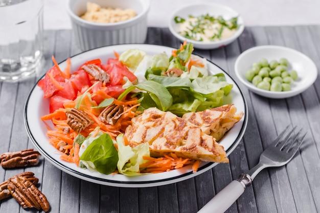 Hoher winkel des gesunden tellers mit salat