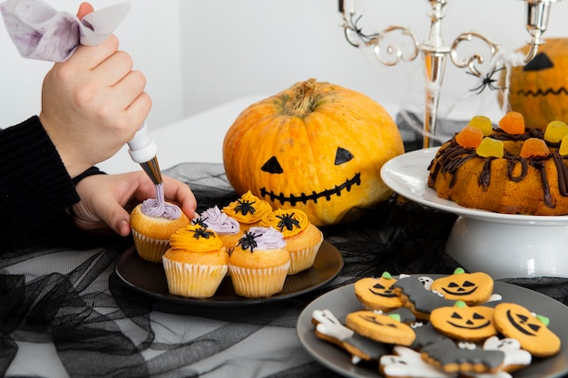 Hoher winkel des halloween-essensanordnungskonzepts