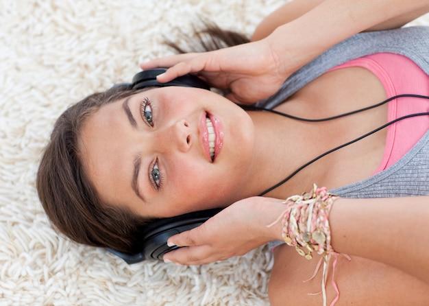 Hoher winkel des jugendlich mädchens hörend musik