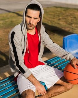 Hoher winkel des jungen mit basketballball