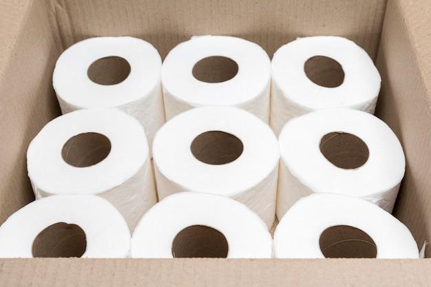 Hoher winkel des kartons mit toilettenpapier