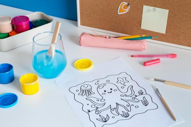 Hoher winkel des kinderschreibtisches mit farbe und zeichnung